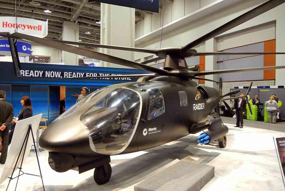 Полноразмерный макет перспективного разведывательного и ударного высокоскоростного вертолета S-97 Raider от компании Sikorsky