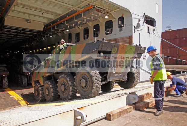 Разгрузка бронетехники с УДК Dixmude ВМС Франции в порту Дакар