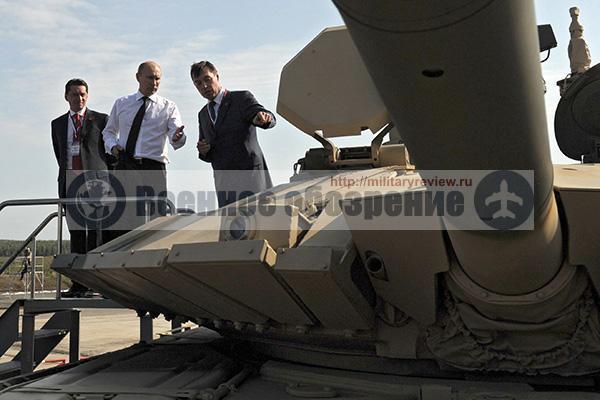 Владимир Путин и Андрей Терликов (справа) осматривают танк Т-90АМ