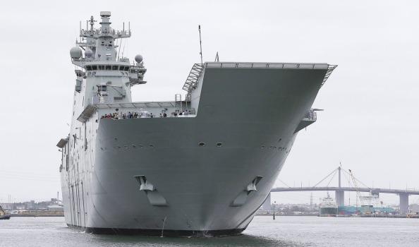 Головной австралийский универсальный десантный корабль L 02 Canberra
