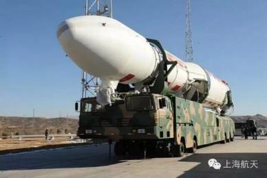 В Китае показали уникальный транспортер для космических ракетоносителей