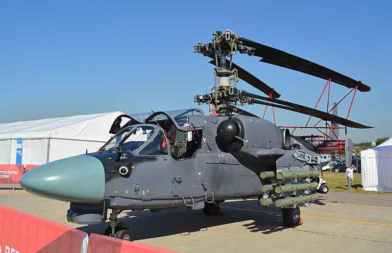 """Россия и Египет заключили контракт на поставку 50 вертолетов Ка-52 """"Аллигатор"""", не исключена передача египетской стороне машин в палубном варианте. Об этом сообщил 23 сентября ТАСС военно-дипломатический источник. Один из опытных вертолетов Ка-52К, предположительно оснащенный новой оптико-электронной прицельной системой ОЭС-52, в экспозиции авиасалона МАКС-2015. Жуковский, 25.08.2015 (с) afirsov.livejournal.com """"Контракт на поставку Египту 50 вертолетов Ка-52 заключен"""", - сказал собеседник агентства ТАСС. """"Если египетская сторона сочтет нужным, машины будут поставлены в корабельном варианте Ка-52К"""", - подчеркнул он. В """"Рособоронэкспорте"""" не стали комментировать эту информацию. На международном авиасалоне МАКС-2015 военно-дипломатический источник сообщил ТАСС, что Египет заказал российские вертолеты Ка-52, но не указал объем заказа. Со стороны bmpd напомним, что в отчете АО «Научно-производственная корпорация «Системы прецизионного приборостроения» (АО «НПК «СПП») за 2014 год указывается, что с 2016 года это предприятие планирует начать серийное производство разработанной им для вертолета Ка-52 новой оптико-электронной прицельной системы ОЭС-52 для поставки вертолетов в Египет. Всего на 2016-2019 годы АО «НПК «СПП»планируется изготовить около 50 изделий ОЭС-52, что, как и предсказывалось, соответствует количеству законтрактованных Египтом Ка-52."""