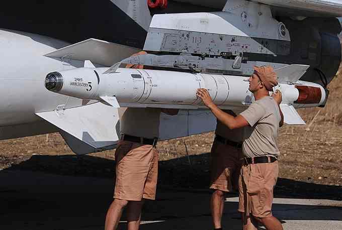Технический персонал готовит самолет к вылету Су-24 в Сирии