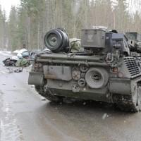 Во время военных учений в Норвегии танк раздавил легковой автомобиль - один человек погиб