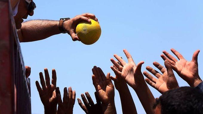 Сирия протягивает фрукты помощи