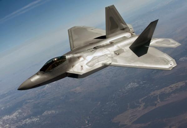В Сирии американские истребители F-22 Raptor дали слабину: у боевых машин облезло покрытие, которые делает их невидимыми