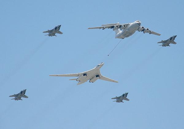 В Минобороны РФ похвастались огромным стратегическим ракетоносцем Ту-160М2